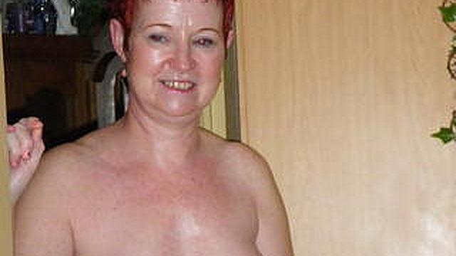 Nackt hause amateure zu Nackte Frau